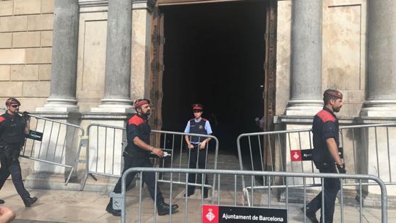 Los Mossos sí se despliegan en Sant Jaume. Empiezan a preparar el operativo de seguridad en la sede de la Generalitat., informa Itziar Reyero
