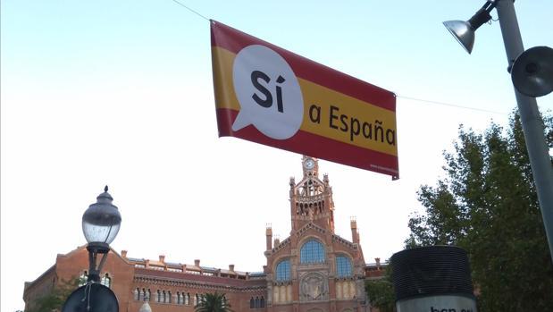 Pancarta situada frente al Hospital de San Pablo de Barcelona