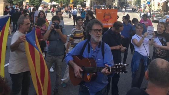 Un centenar de personas ocupan la Via Laetana y los Mossos cortan la calle, informa Itziar Reyero