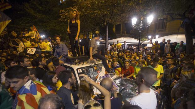 Un grupo de guardias civiles abandona la sede de la consejería de Economía tras un enfrentamiento entre los Mossos y los manifestantes