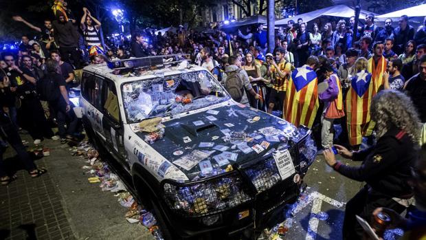 Imagen de un coche de la Guardia Civil, ayer, en Barcelona