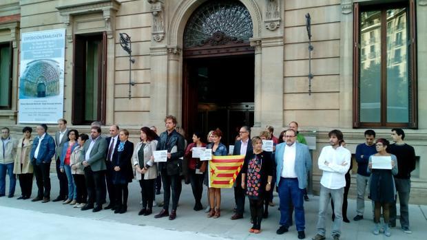 Gobierno y Parlamento de Navarra se concentran a las puertas de la Cámara