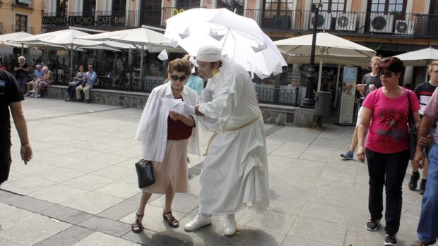 La compañía Visitants en una de las representaciones callejera de «Lluvia de palabras»
