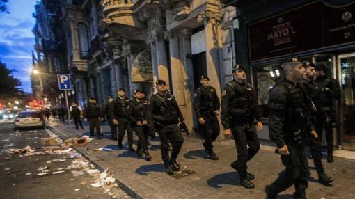 Los agentes de la Guardia Civil encargados del registro salen de la sede de la Consejería de Economía