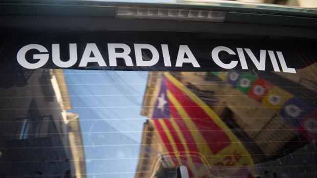 Una estelada se refleja en un vehículo de la Guardia Civil en el despliegue del lunes en Gerona