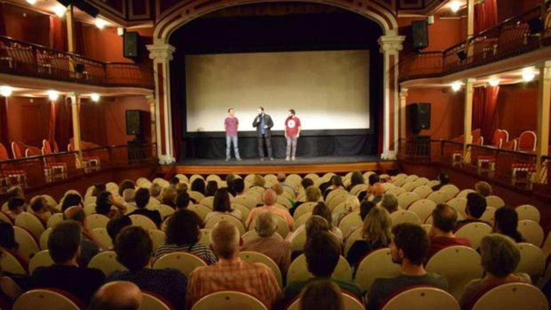 El PSOE y Podemos en Alcalá proyectan un documental anarquista contra Cáritas y el Banco de Alimentos