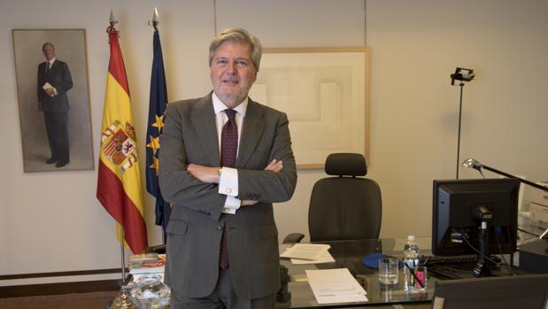 Íñigo Méndez de Vigo, en su despacho en un momento de la entrevista concedida a ABC