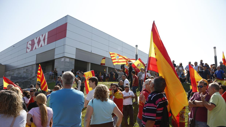 Tensión en el acto de Podemos: golpean con una botella a la presidenta de las Cortes de Aragón