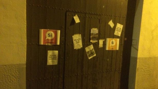 Puerta de la casa del expresidente de SCC, empapelada por independentistas anoche