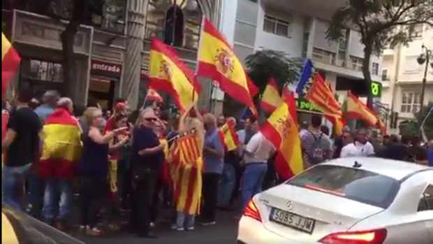 Protesta frente al Teatre Micalet en Valencia, donde se ha celebrado este lunes el acto prorreferéndum