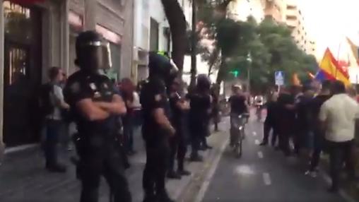Cordón policial para evitar enfrentamientos entre dos actos de protesta