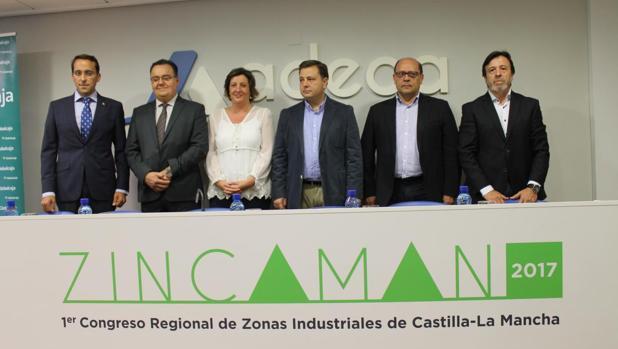 Patricia Franco rodeada de representantes industriales de la región