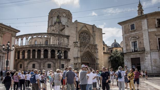 Imagen de un grupo de turistas tomada en la ciudad de Valencia