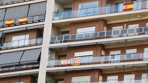 Imagen tomada este martes en un edificio con banderas de España y la Comunidad Valenciana