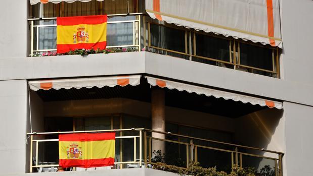 VECINOS DE VALENCIA LLENAN SUS BALCONES CON LA BANDERA DE ESPAÑA