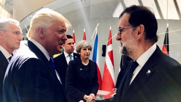 Saludo entre Rajoy y Trump en la Cumbre de la OTAN el pasado mes de marzo