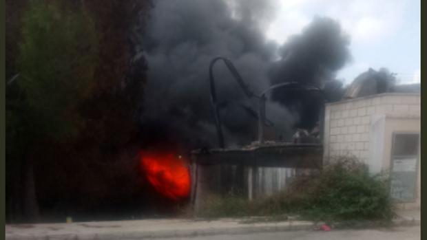 Llamas y humo con el incendio todavía activo, este martes en la fábrica