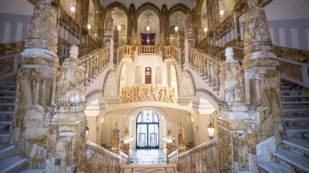 Espectacular escalera del Cuartel General de la Armada