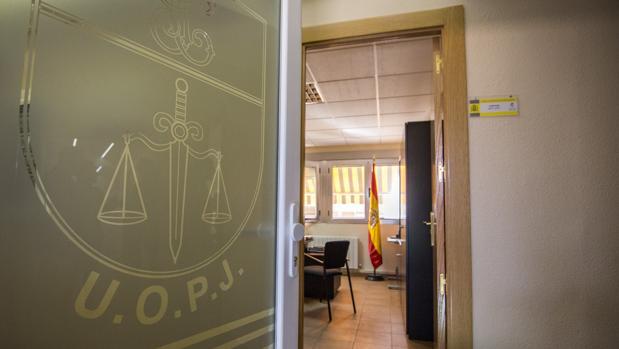 Puerta de entrada a la UOPJ en la Comandancia de la Guardia Civil de Toledo, con el despacho de su jefe al fondo