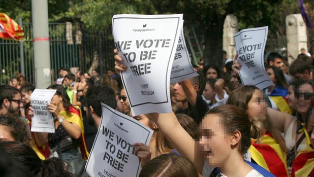 Cerca de 1.500 estudiantes de Tarragona, entre universitarios y alumnos de secundaria, se manifestaban este jueves a favor del referéndum
