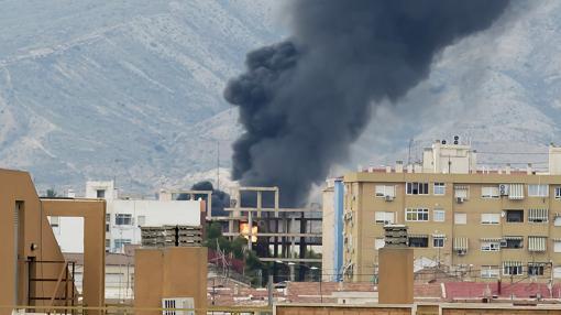Imagen de la columna de humo desde Alicante