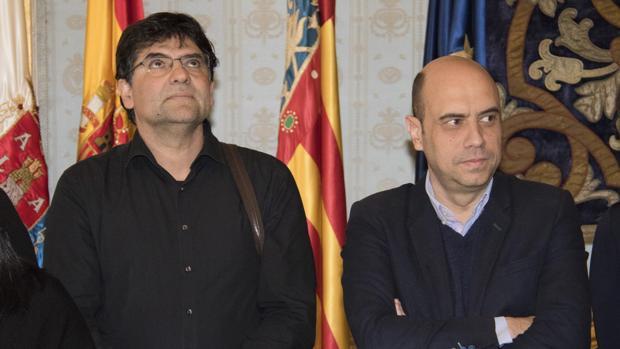 Imagen de Miguel Ángel Pavón, portavoz de Guanyar Alcant, junto a Gabriel Echávarri, alcalde de Alicante