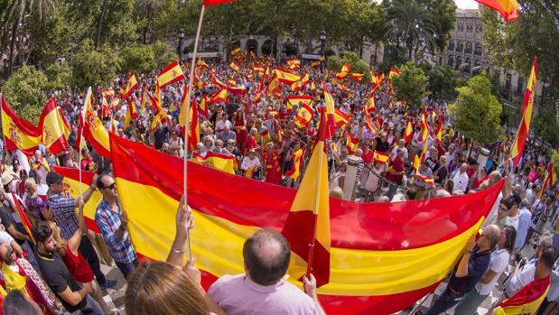 Miles de personas han salido hoy a la calle en Sevilla con banderas españolas en demanda de la unidad de la nación y contra el referéndum catalán
