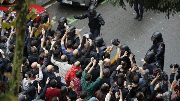 Agentes antidisturbios dorman un cordon de seguridad en el Ramon Llull, donde ha resuiltado herido el joven