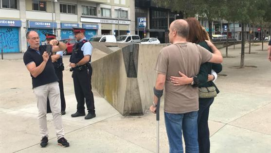 La alcaldesa de Girona, Marta Madrenas, espera en la puerta de los colegios electorales para preguntar qué tal. Se hacen fotos con ella. Los Mossos, pasando el domingo