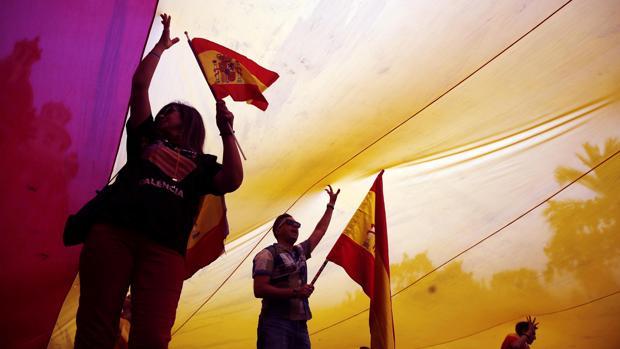 Imagen de la bandera a los pies del Ayuntamiento de Valencia