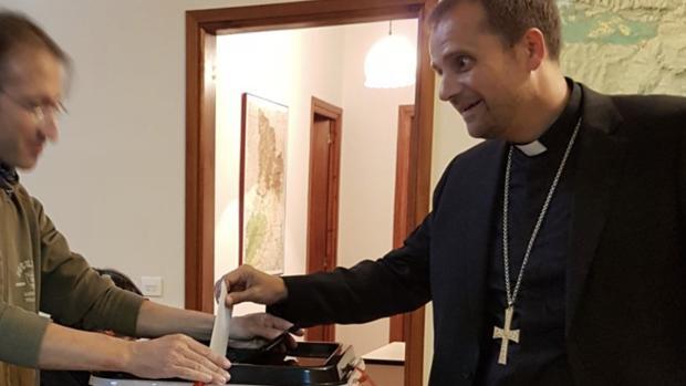 El obispo de Solsona, Xavier Novell, se fotografió votando en el referéndum ilegal y ha difundido las imágenes