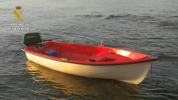 Imagen de la patera hallada en la costa de Santa Pola