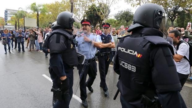 Discusión entre los Mossos y la Policía
