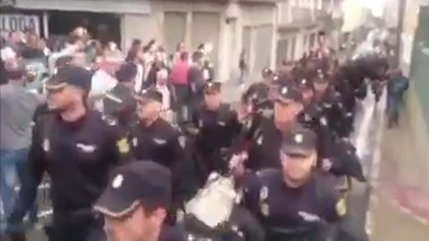 La Policía se ve obligada a irse de Pineda, en Barcelona