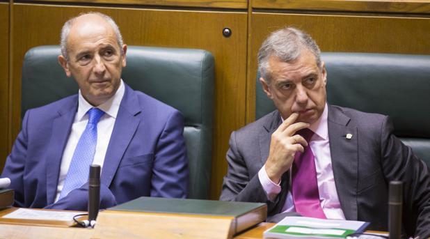 El lendakari, Íñigo Urkullu (d); junto al portavoz del Gobierno vasco, Joseu Erkoreka