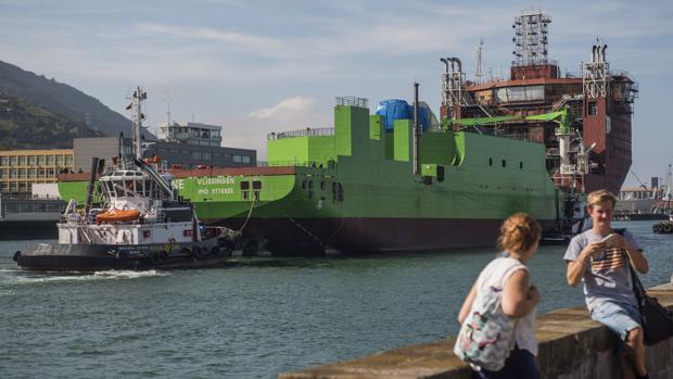 Varios remolcadores han llevado hoy a Santurce (Vizcaya) el buque «Living Stone»