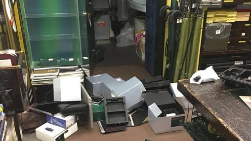 Tras su paso, los asaltantes dejaron la tienda y el taller destrozados