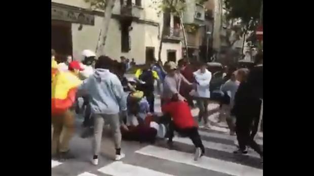 Un centenar de jóvenes, unos con banderas españolas y otros con enseñas independentistas catalanas, protagonizaron una batalla campal este martes en Barcelona