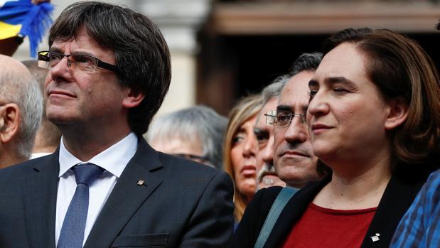 Ada Colau y Puigdemont, en la concentración en la que protestaron contra la intervención policial en la joranda del referéndum ilegal