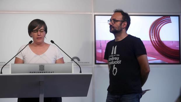 Los diputados de la CUP, Mireia Boya y Benet Salellas, ayer durante la rueda de prensa