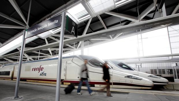 Imagen de un AVE procedente de Madrid a su llegada a la estación Joaquín Sorolla de Valencia