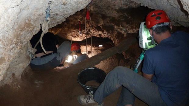 Investigadores trabajan en la Cueva de los Torrejones, en Tamajón (Guadalajara)