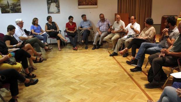El cura Solalinde (a la derecha, con camisa blanca) mantuvo un encuentro en Toledo con ONGs