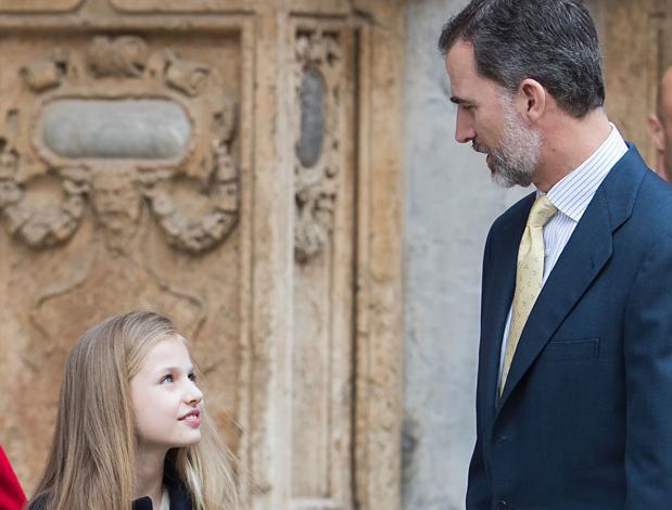 Leonor escucha al Rey tras la misa a la que asistieron en la Catedral de Palma de Mallorca