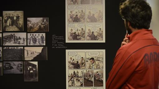 Un visitante observa las viñetas del cómic