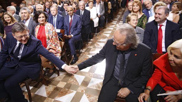 Imagen de Hortensia Herrero, a la derecha de Joan Manuel Serrat, con el detalle de su dedo pulgar con los colores de la bandera de España