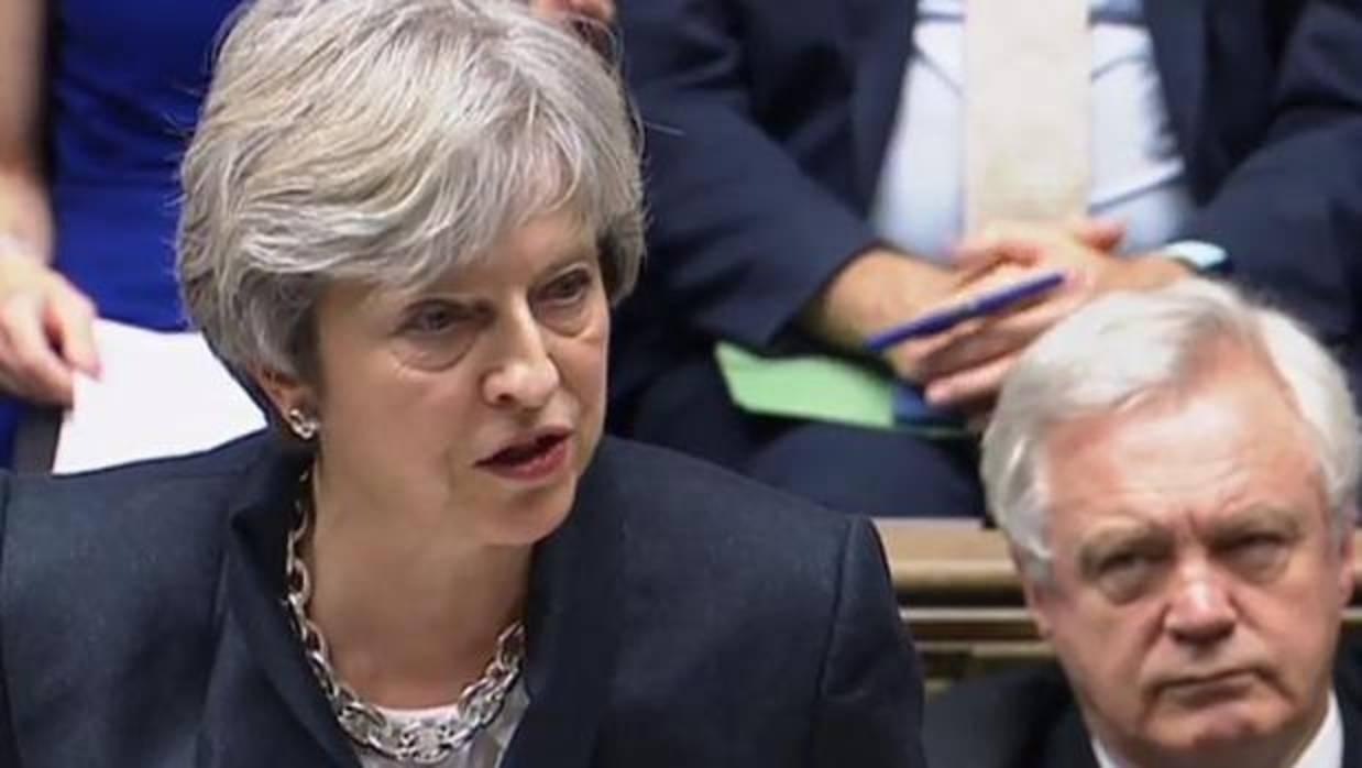 Theresa May defiende el derecho del Gobierno español a aplicar la Constitución