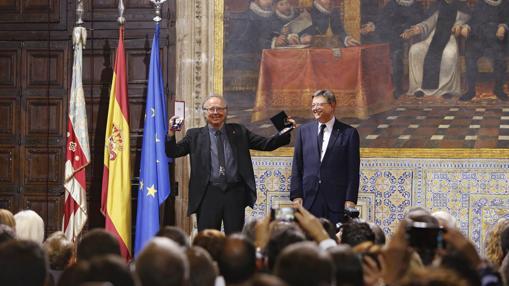 Joan Manuel Serrat recibe la Alta Distinción de la Generalitat de manos de Ximo Puig