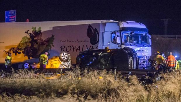 El camión y varios vehículos implicados en el accidente múltiple en que fallecieron cinco personas