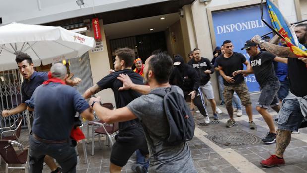 Imagen del grupo ultra que agredió a manifestantes independentistas en Valencia el 9 de octubre
